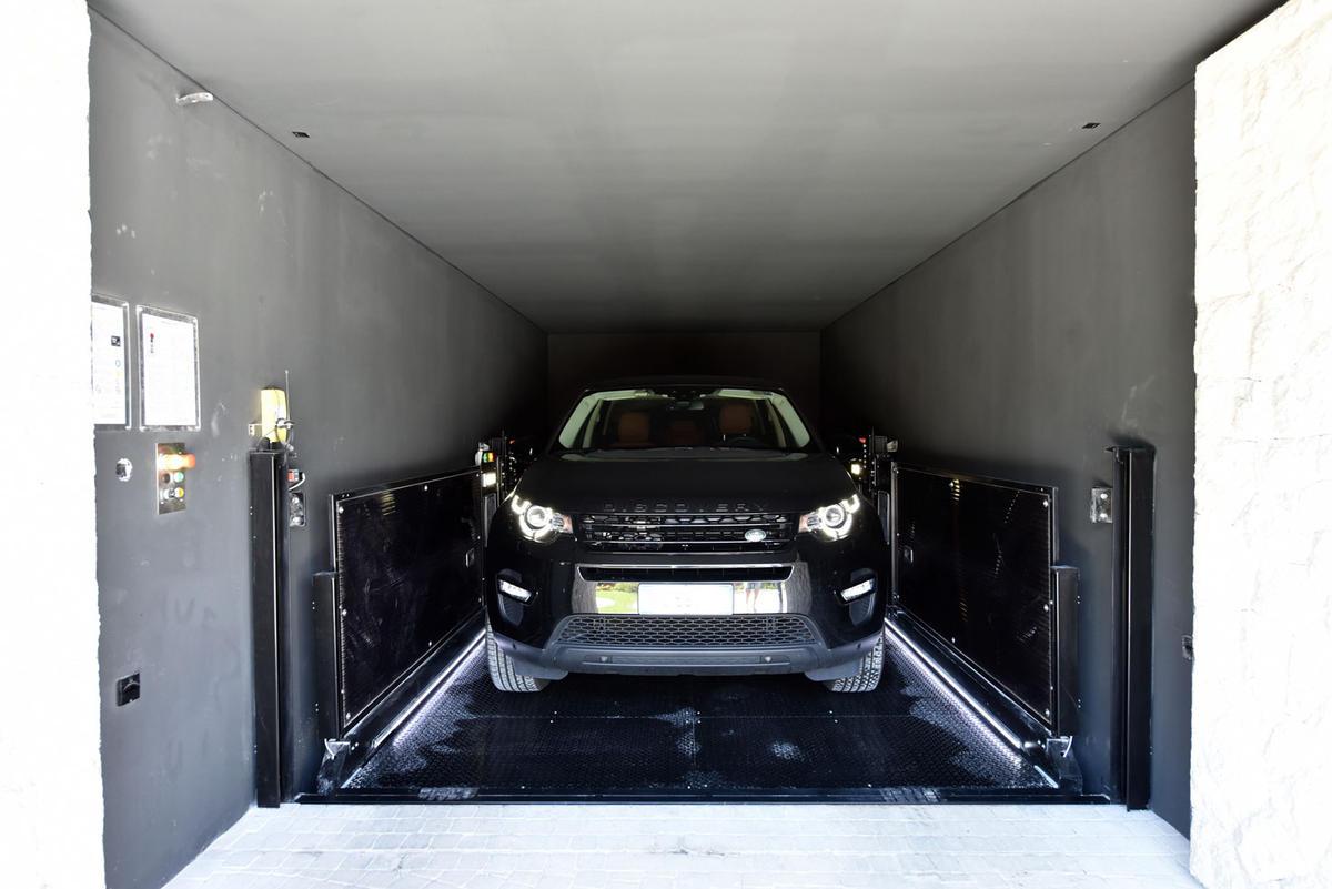 ascensore per auto con conducente a bordo