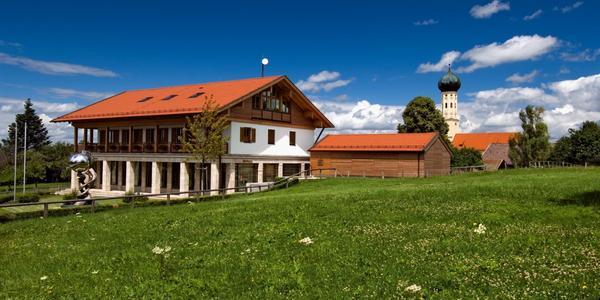 La Cassa di Risparmio tra le montagne del Tegernsee ha un parcheggio semi-automatizzato.