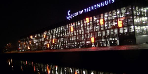 Facciata tecnologica in alluminio di un parcheggio pubblico a sud di Amsterdam
