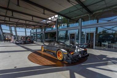 Pedana espositiva per reveal automobile di lusso